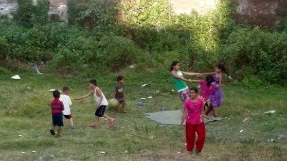 Kinder trans home draussen (1)